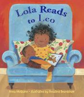 Lola le lee al pequeño Leo